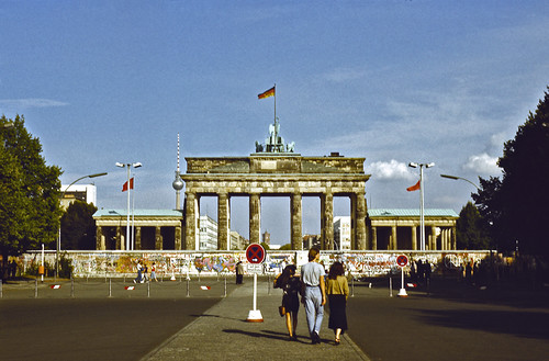 Berlin wall in front of Brandenburg Gate - 1989 | by Romtomtom