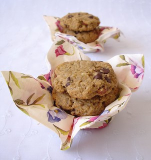 Banana-oatmeal chocolate chip cookies / Cookies de banana, chocolate e aveia | by Patricia Scarpin