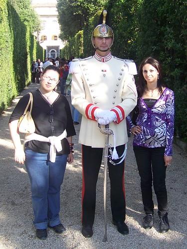 Dina e Daniela con il Corazziere