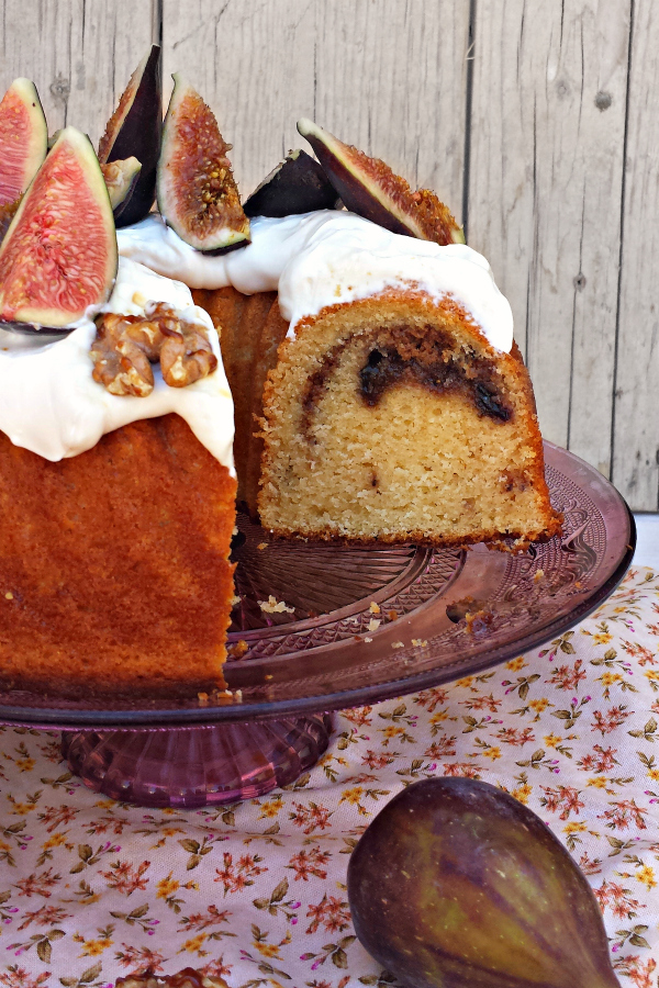 Bundt cake de yogur griego con higos, nueces y miel