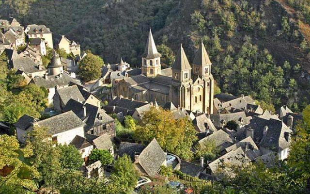 Ritorno al passato: il villaggio medievale di Conques in Francia