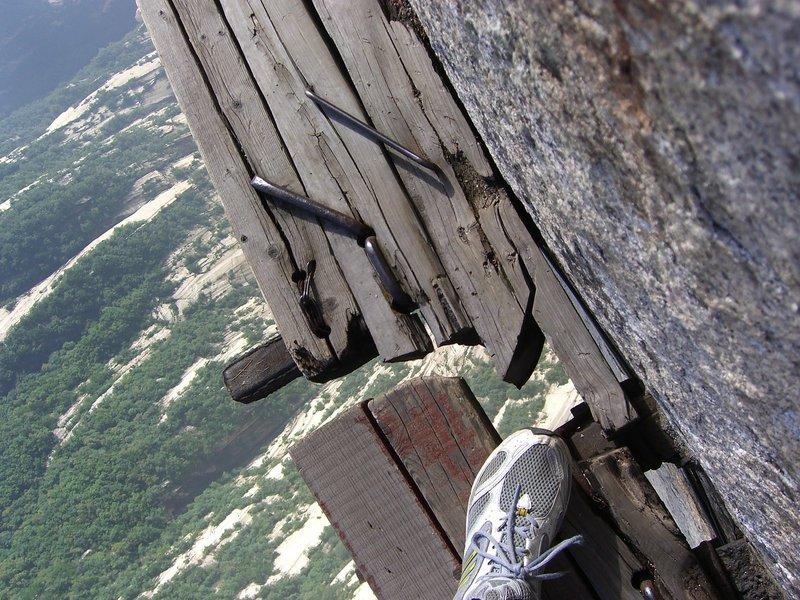 Você teria coragem de passar pelos caminhos do Monte Hua na China