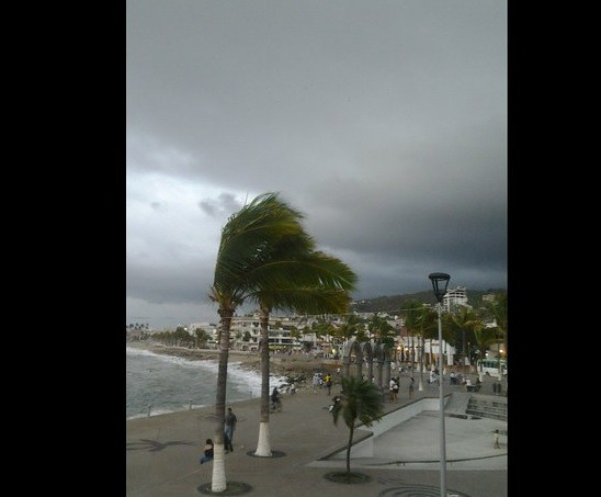 Cierran Puerto Vallarta por huracán 'Carlos'
