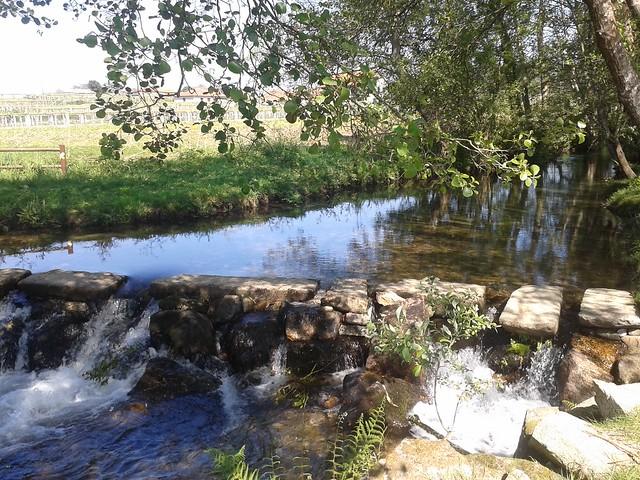 Pasos sobre el río en el PR-G 170 Ruta da Pedra e da Auga