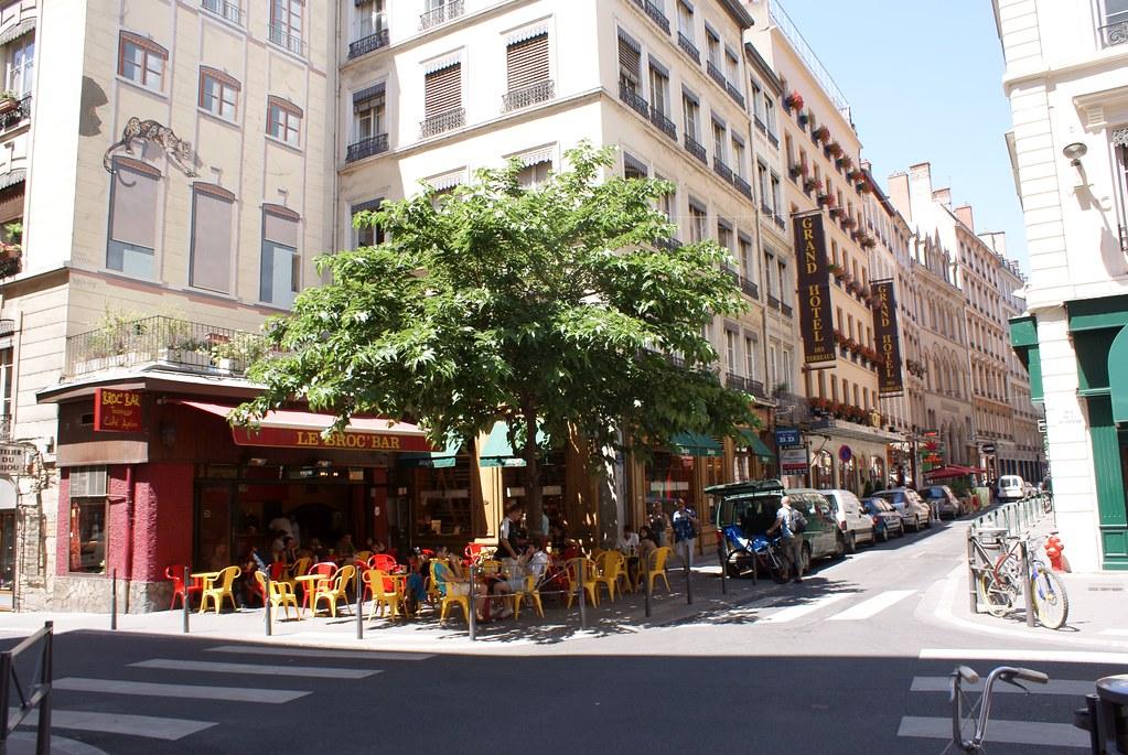> Café broc bar aux Terreaux à Lyon avec son agréable murier.