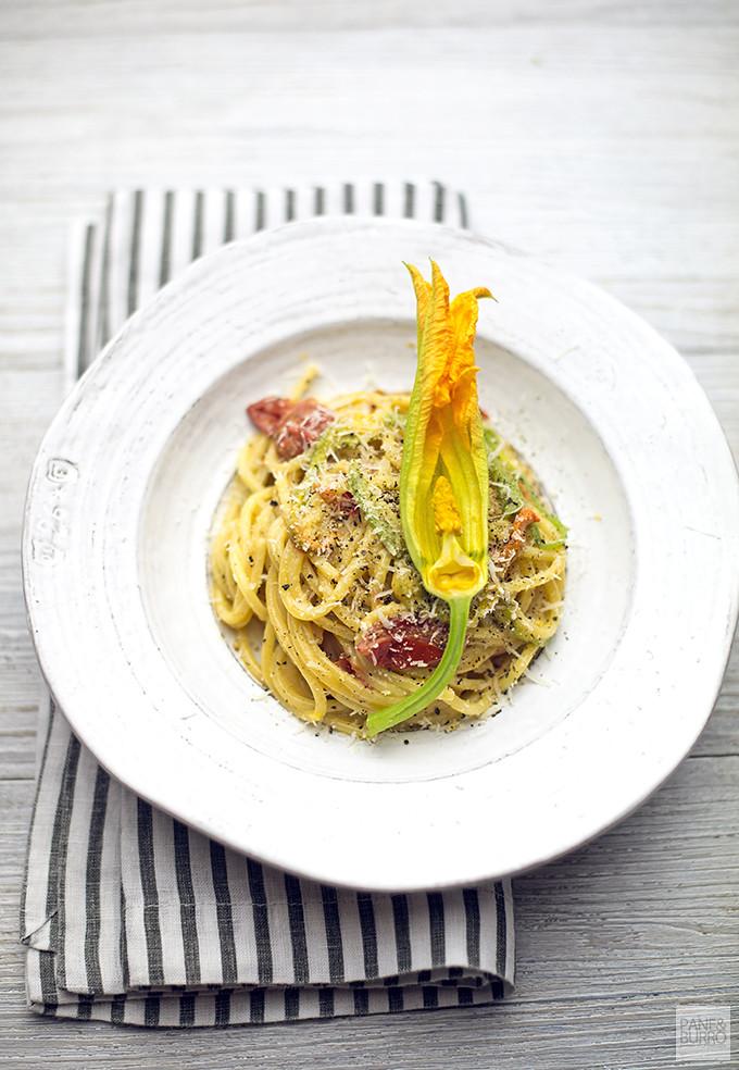 spaghetto quadrato cacio e pepe con pomodorini e fiori di zucca
