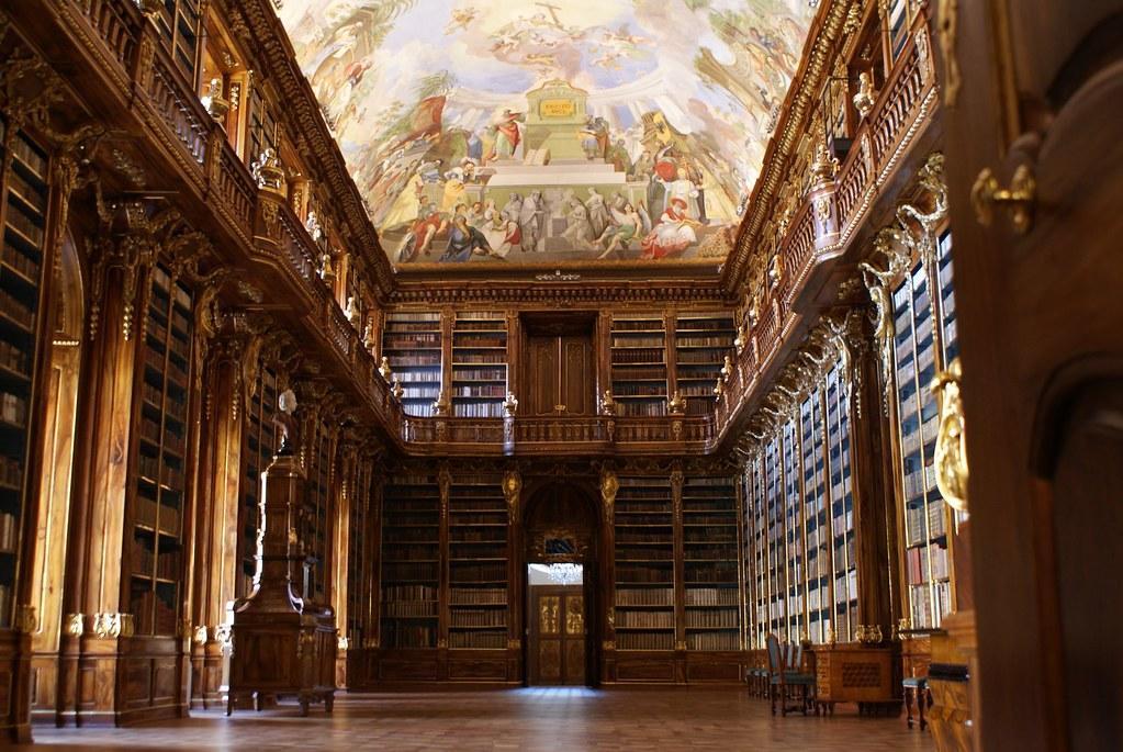 Une des deux bibliothèques du monastère de Strahov à Prague.