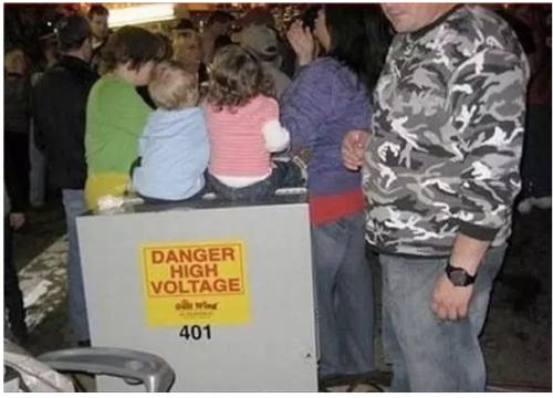 imagen graciosa de niños sentados sobre alto voltaje