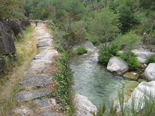 Sendero y río en el Sendeiro do Río Vilameá
