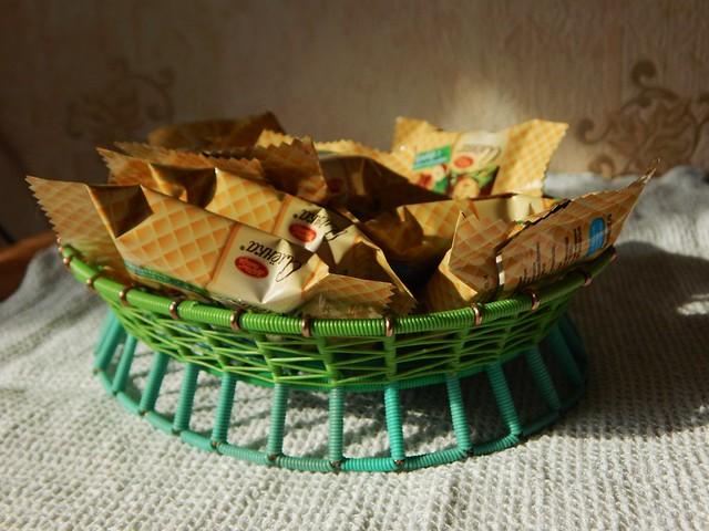 зеленая конфетница с конфетами