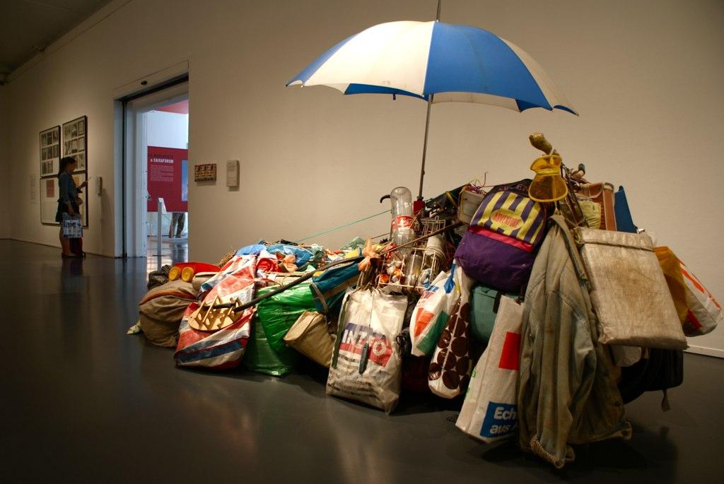 Exposition à la Caixa Forum à Barcelone : Ici une représentation de l'aliénation de la pauvreté autour d'un chariot surchargé.