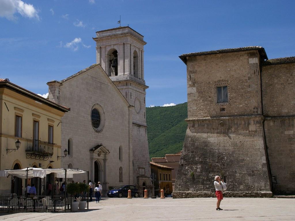 Norcia, Piazza San Benedetto, Cattedrale Santa Maria Argentea und Castellina