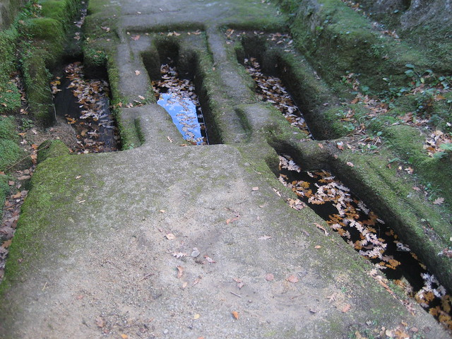 Tumbas antropomórficas en el monasterio San Pedro de Rocas
