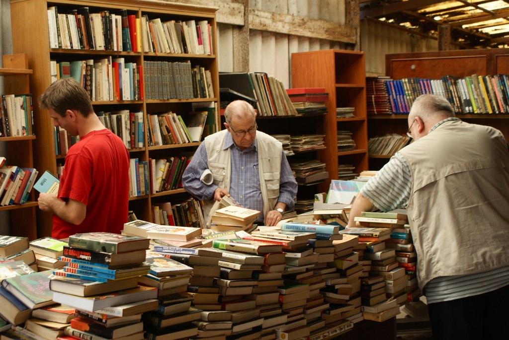 Librairie avec des livres d'occasion au marché aux puces de Glories à Barcelone.