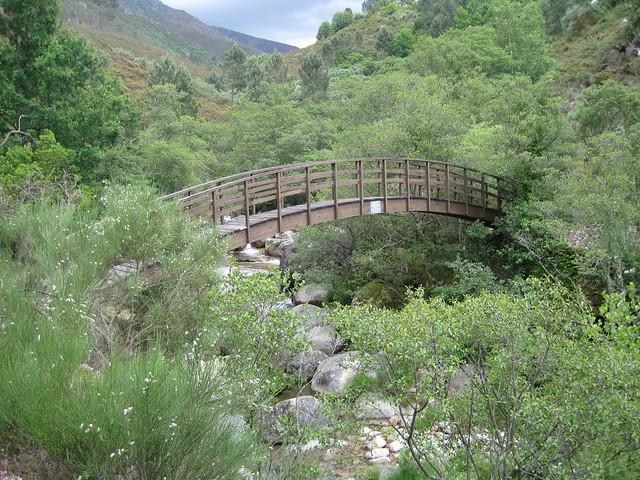 Puente Sendeiro do Río Vilameá en el Xurés