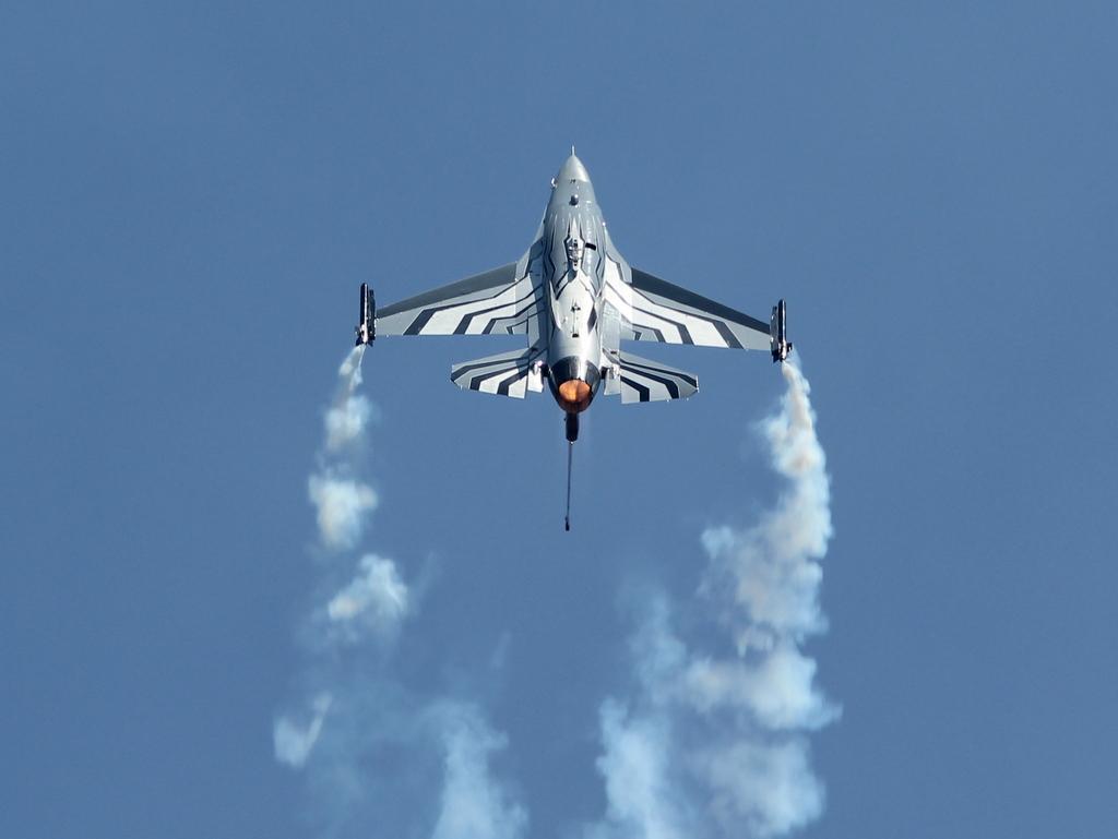 Belgian Air Force F16 solo display 19079357305_22808fa8c4_b