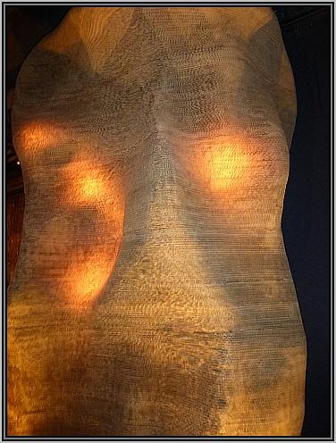 פסל הראש בכניסה של קוואטרו