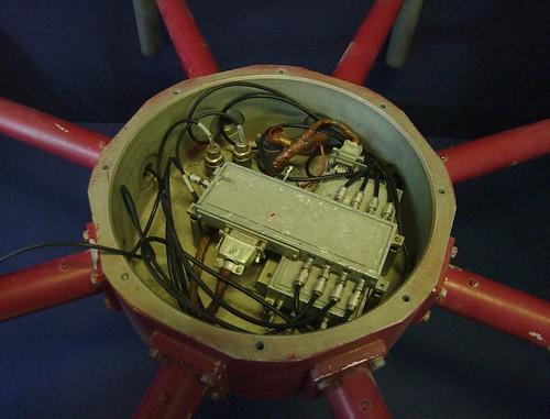 Секреты новой антенной системы Пихты-2С. Восьмиканальный коммутатор, генератор контроля антенны и все. Однополосного модулятора больше нет, с антенны идет два кабеля - канал кольцевого и центрального вибратора.