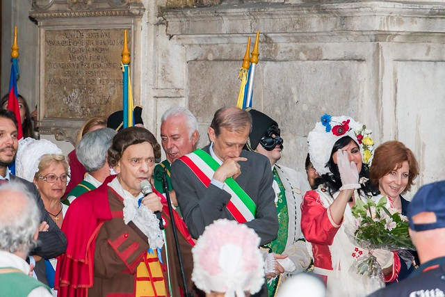 Giandujia, the traditional mask of Turin, and the Mayor.
