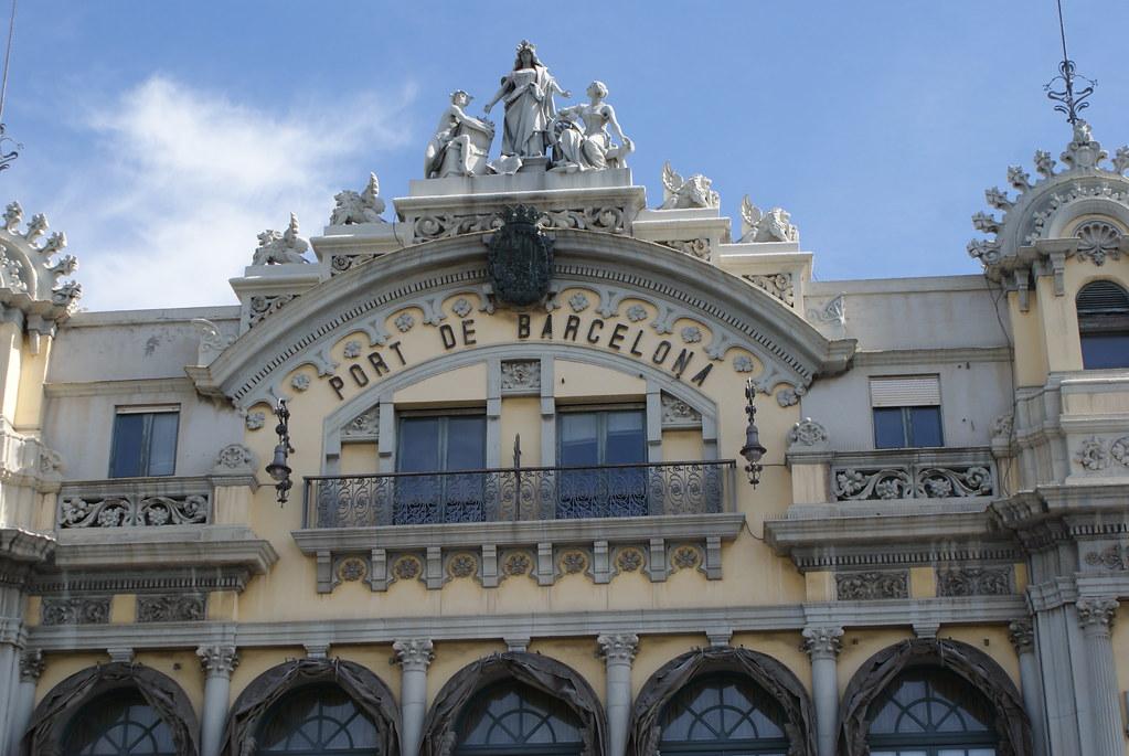 Sur le port de Barcelone, un des vieux batiments conservées.