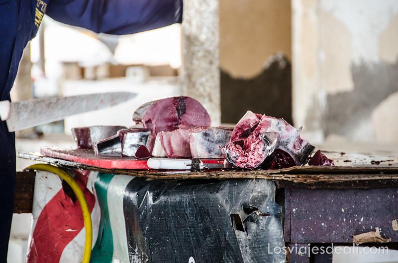 cortando atún en el mercado de pescado en Omán
