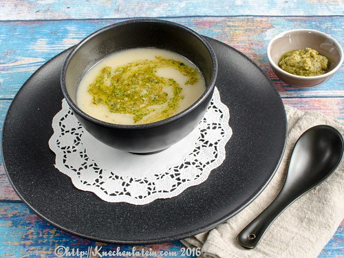 Creamy Cauliflower Soup wit Brazil Nut Pesto (1)
