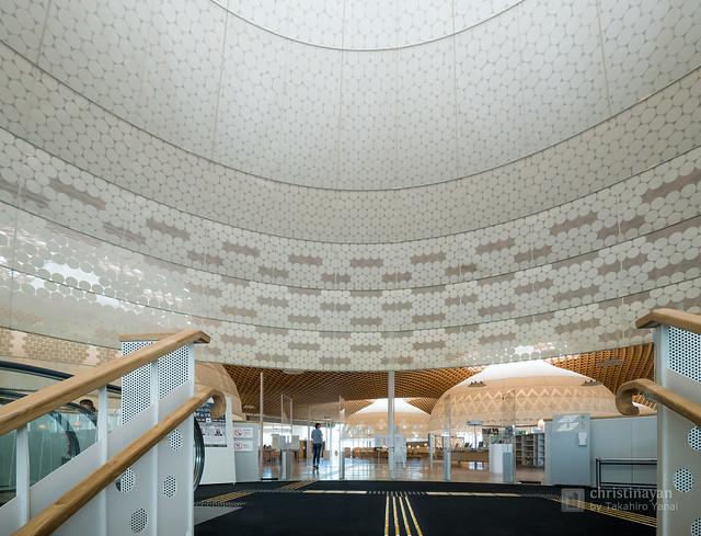 Entrance hall of Gifu Media Cosmos (ぎふメディアコスモス)