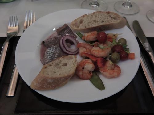 Dänische Sild Filets und Garnelensalat (als Vorspeise vom Buffet im Restaurant Mäder´s in Flensburg)