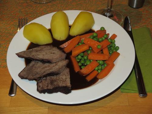 Rinderschmorbraten mit Kartoffeln und Erbsen-Möhren-Gemüse (Teller)