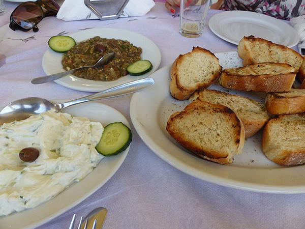 pain à l'origan, caviar d'aubergine et tzatziki