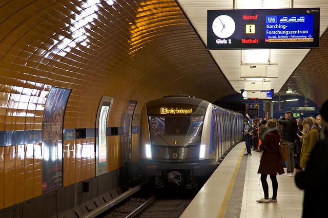 C2-Zug 701 fährt in den U-Bahnhof Marienplatz (Bild: Frederik Buchleitner)