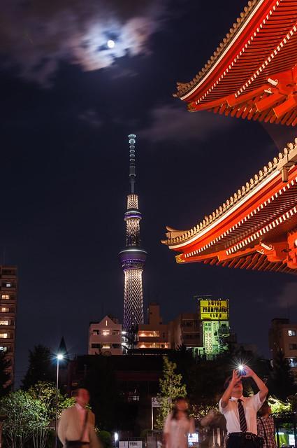浅草・浅草寺で夜景写真を撮る人々