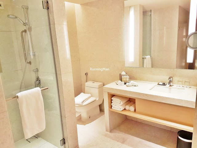 DoubleTree By Hilton 04 - Bathroom