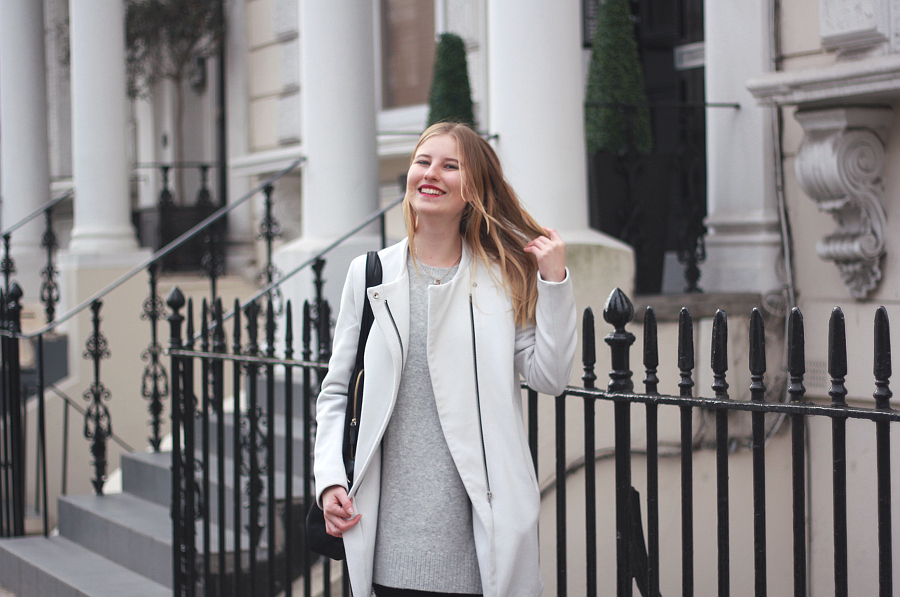 Outfit London Notting Hill weißer mantel lachen
