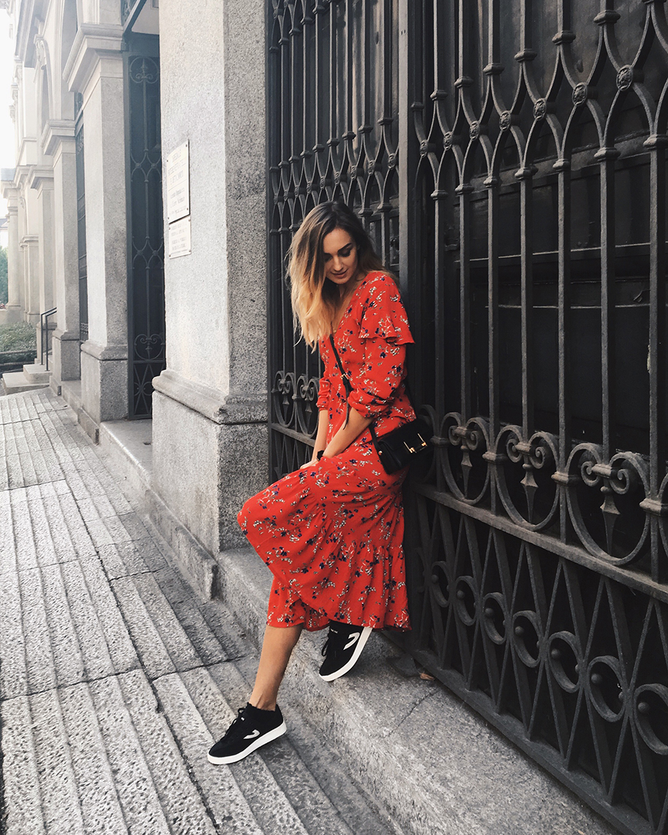 red-dress-sneakers-outfit-ootd-look-street-style