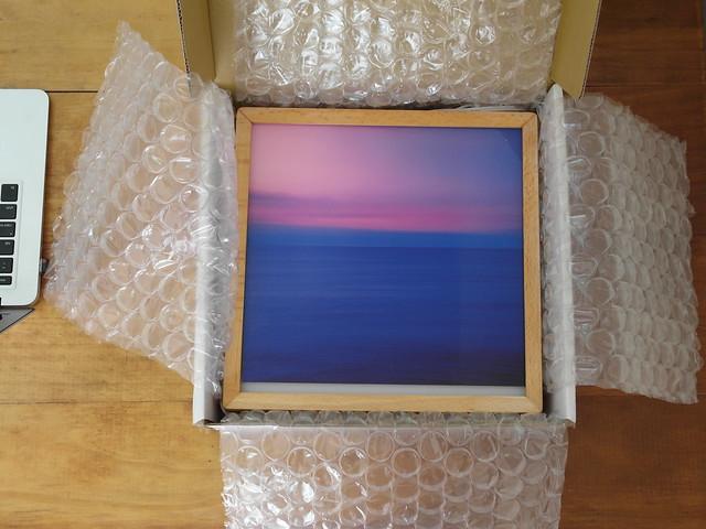 掀開氣泡紙,裡面是阿破的攝影作品 See Sea 翻印的光畫@光印樣Lighto美好燈箱
