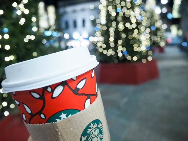 PB258215StarbucksToffeenutLatteChristmasjpg, cheers to the weekend, starbucks, stockmann, helsinki, suomi, finland, joulukahvi, kahvimaut, christmas coffee, toffee nut latte, toffee pähkinä latte, joulukahvi maku, paahdetut pähkinät, seasonal coffee flavors, christmas season, punainen starbucks kuppi muki, red starbucks cup, mug, joulumuki, punainen muki, jouluvalot, joulukuusi, christmas lights, christmas tree, toffee nut, coffee, kahvi, joulu, december, season, joulu, julukuu, kausimaku, seasonal flavor,