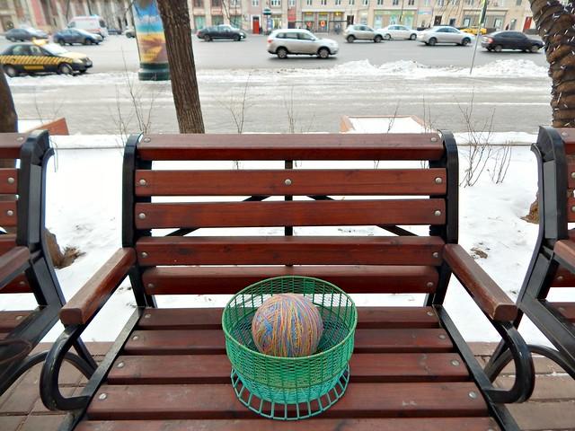 клубок в клубочнице на лавочке на Садовом | a yarn ball in a yarn bowl on a street bench | HoroshoGromko.ru