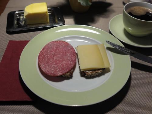 Salami und Bergkäse auf NW-Brot