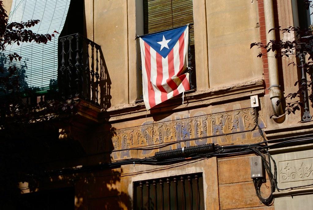 Quartier de Gracia à l'heure de la sieste, ancienne enseigne et drapeau catalan.