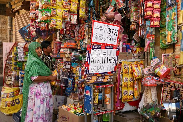 Small shop full of foods and goods, Jaisalmer, India ジャイサルメール、商品であふれる小さな商店