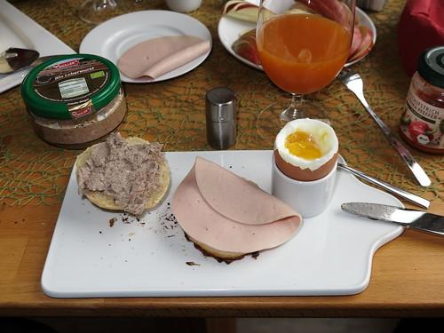 Leberwurst (Bio, Müller's) und Fleischwurst (Bio, Janssen) auf frisch gebackenen Brötchen zum Frühstücksei