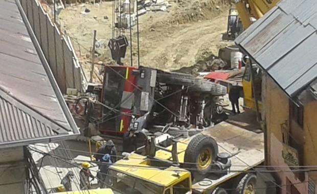 VEHÍCULO PESADO SUFRE ACCIDENTE EN LA CONSTRUCCIÓN DE LA ASAMBLEA