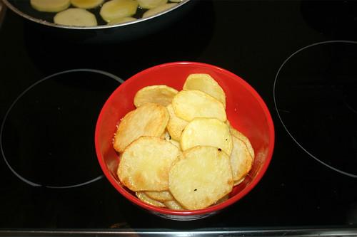 30 - Angebratene Kartoffelscheiben entnehmen / Remove fried potato slices