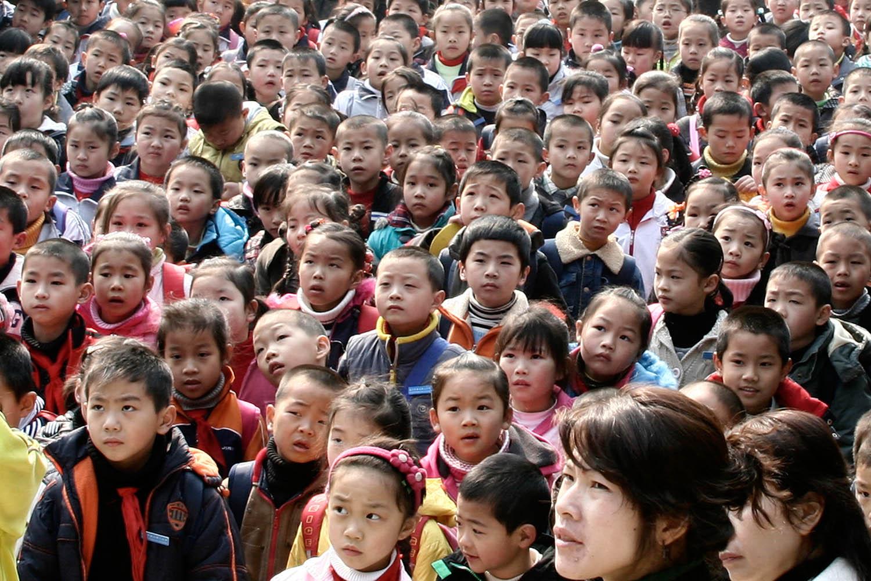 In primo piano (in basso a sinistra) un bambino indossa la tipica bandana  rossa annodata a cravatta (obbligatoria a scuola per tutti i bambini). bb7a338bd58