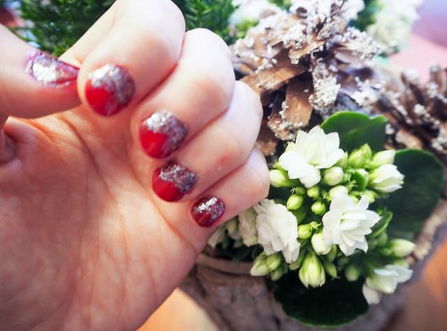 PC254939christmasnailsredglitter.jpg,havuasetelma, joulu, christmas, kukka asetelma, decoration, koristella, koristeet, christmas style naiils, joulu kynnet, christmas nails, red and glitter, punaista ja glitteriä, joulukynnet, joulu kynsilakka, idea, inspiration, viininpunainen, dark wine red, nail polish, kynsilakka, kynnet, nails, beauty, kauneus, essie, essie nailpolish, glitter kynsilakka, sininen glitter kynsilakka, blue glitter nailpolish, shade, sävy, christmas nails, sparkly, kimaltavat kynnet, jouluiset kynnet,