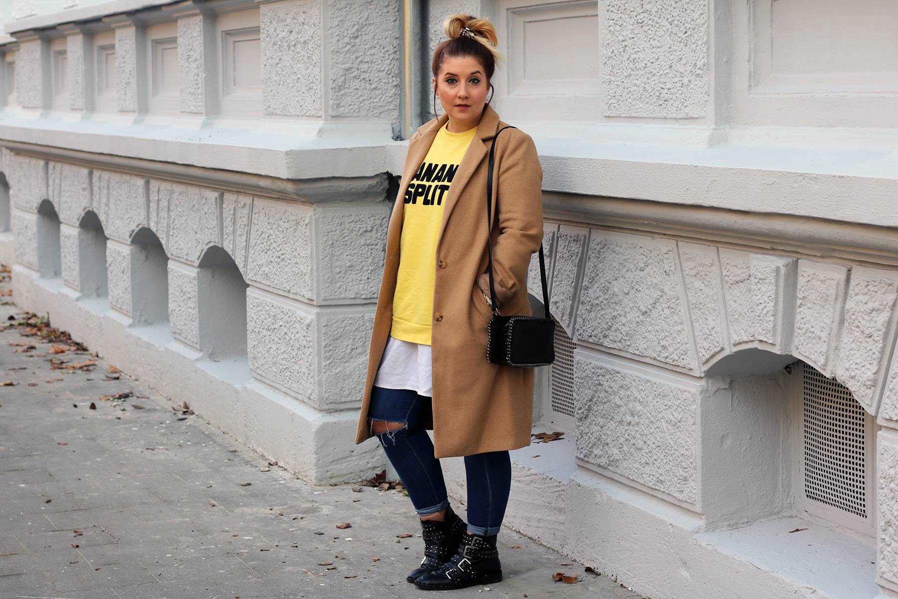 outfit-look-style-herbst-gelber-pulli-print-beiger-trenchcoat-givenchy-lookalike-boots16