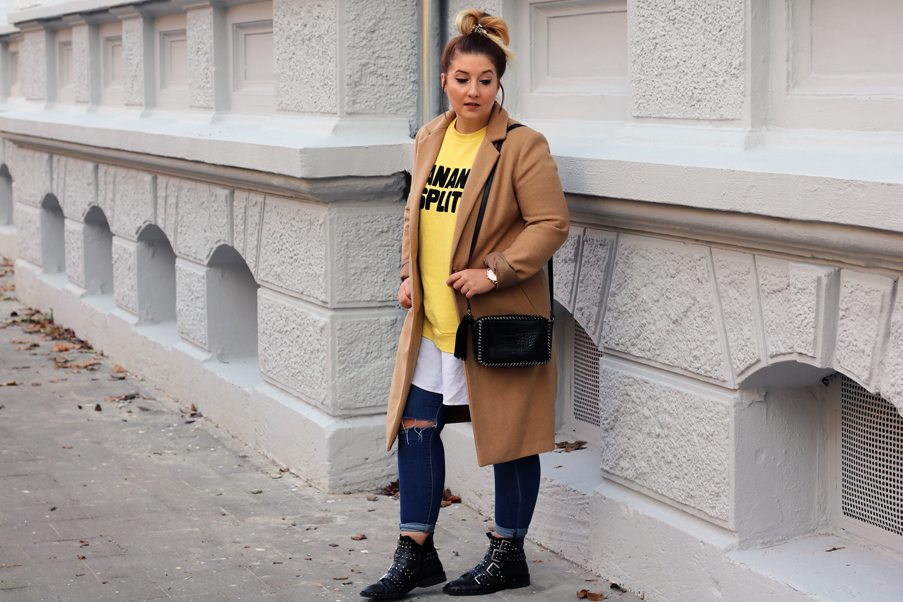 outfit-look-style-herbst-gelber-pulli-print-beiger-trenchcoat-givenchy-lookalike-boots20