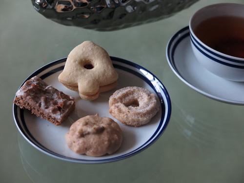 Marmeladen-Plätzchen, Vanillekipferl, Vollkornkeks und Berliner Brot