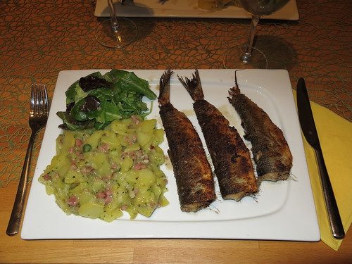 Gebratene grüne Heringe mit Kartoffelsalat und grünem Salat